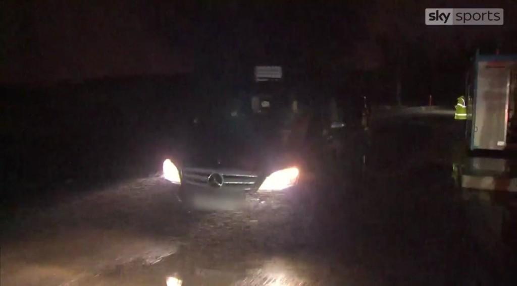 S slike sicer ni dobro razvidno, a po poročanju Skyja je bil prav v tem avtu Alexis Sanchez. Vir: Sky Sports
