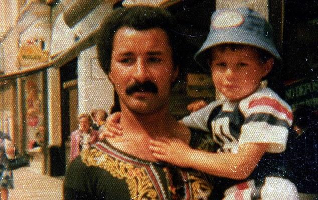 Ryan Giggs skupaj z očetom Dannyjem Wilsonom.  Ryan je priimek dobil po mami, ko sta se starša ločila. Vir: Daily Mirror