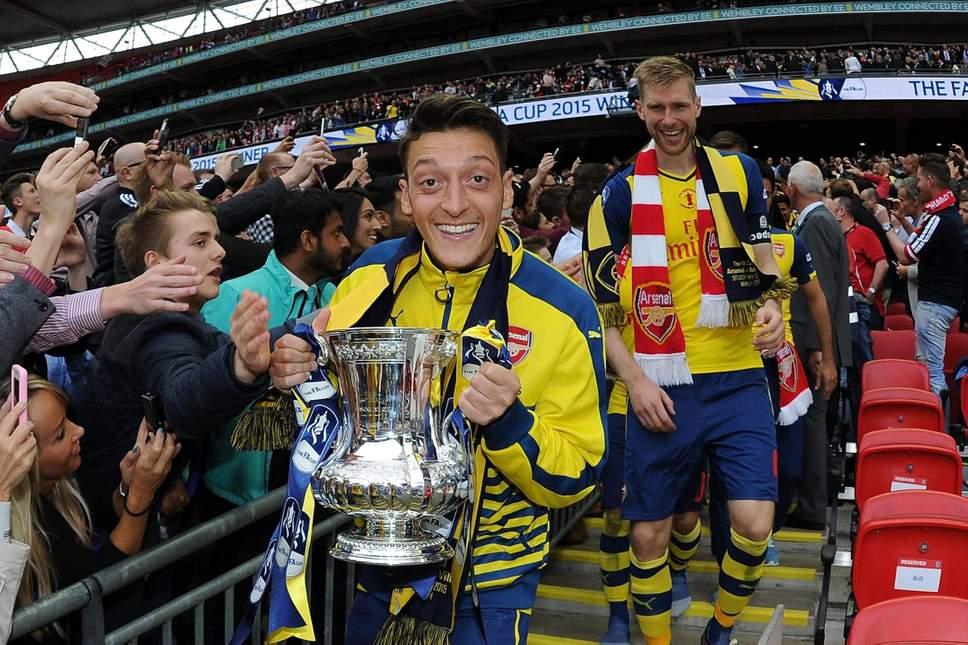 Mesut Özil je doslej z Arsenalom trikrat osvojil FA pokal, dvakrat pa slavil še v superpokalu. Vir: Evening Standard